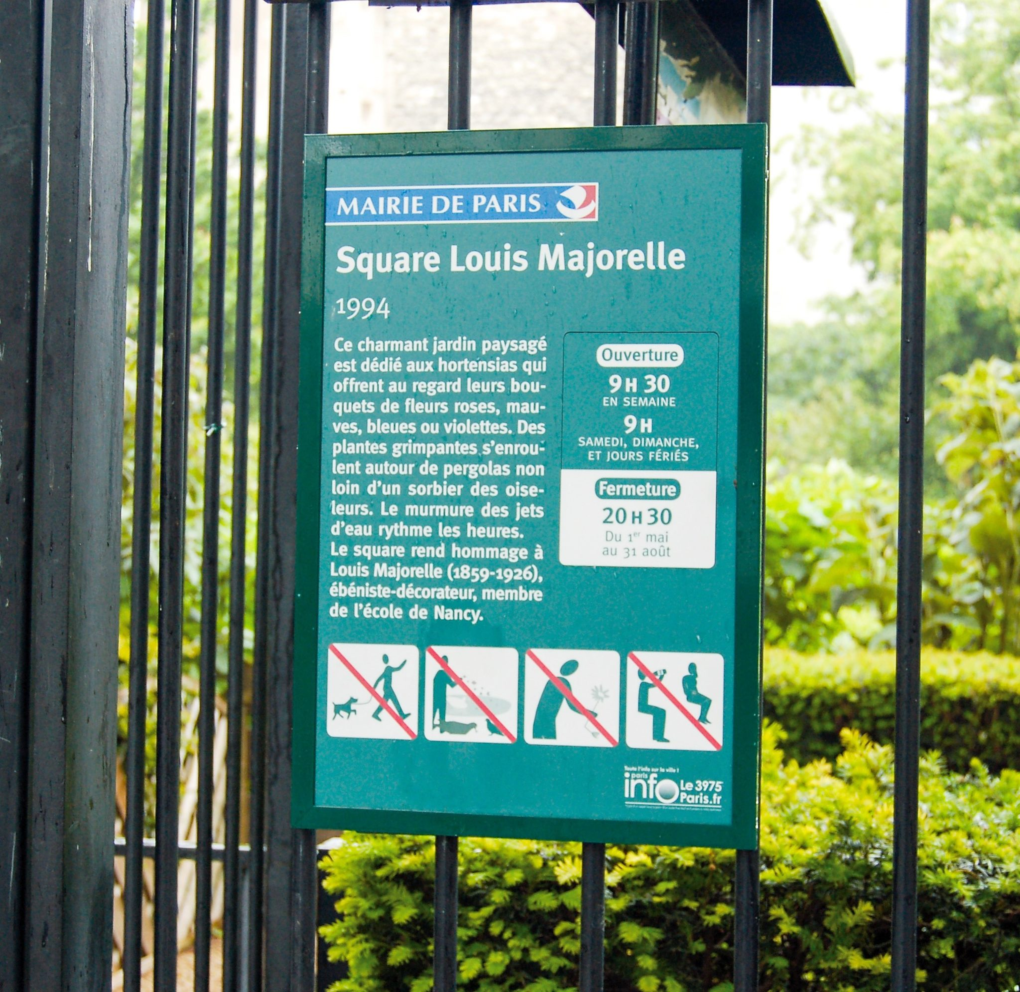 HPL Tourist signage by town hall of Paris